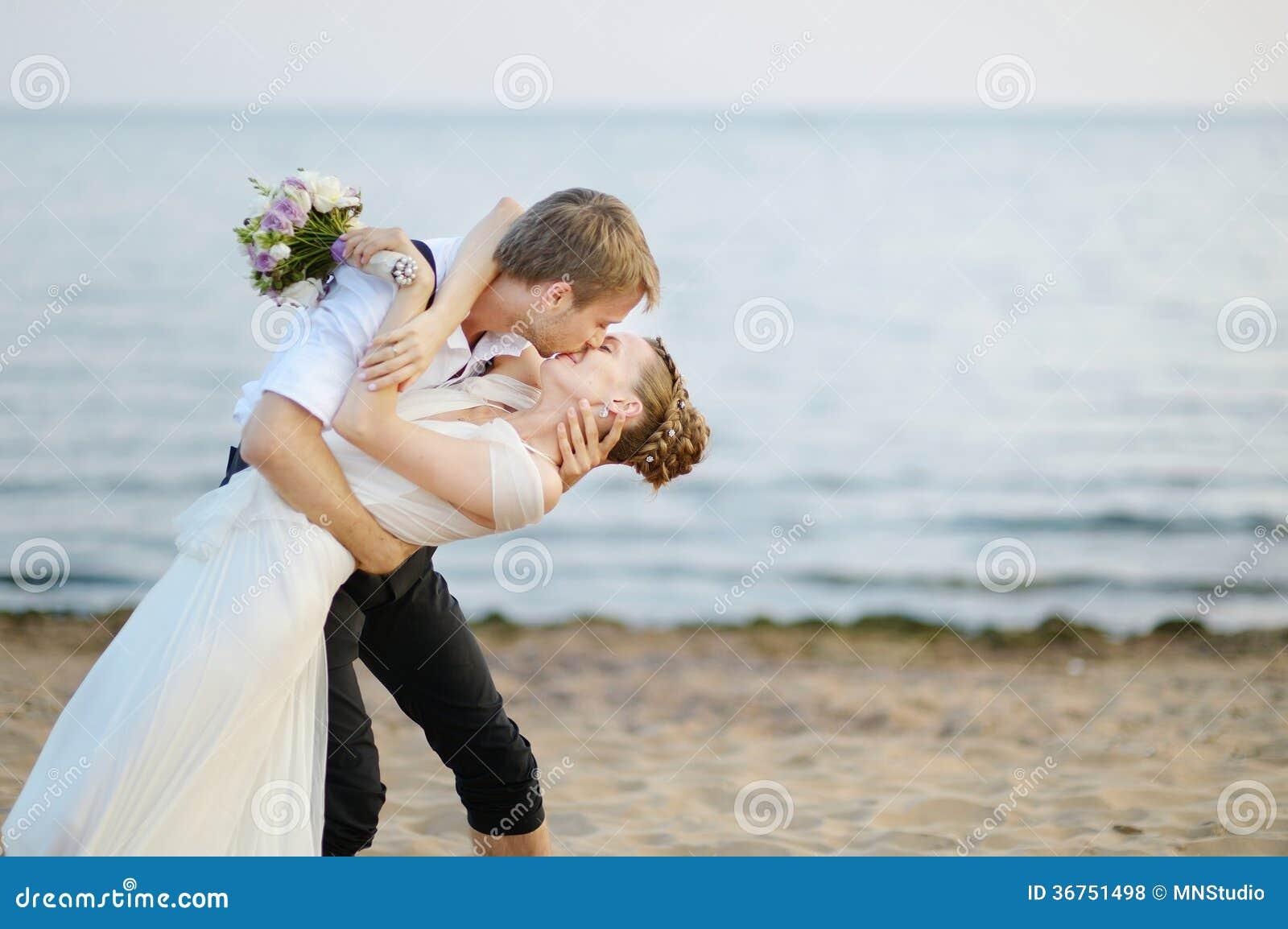 Mariage de plage jeunes mari s par la mer photos libres de droits image 36751498 - Mariage a la plage ...