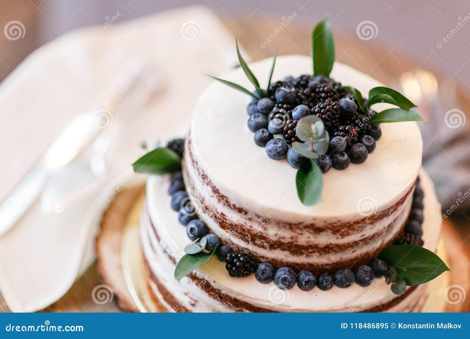 Mariage Ou Gâteau Danniversaire Avec Des Baies Tarte Doux Sur Le