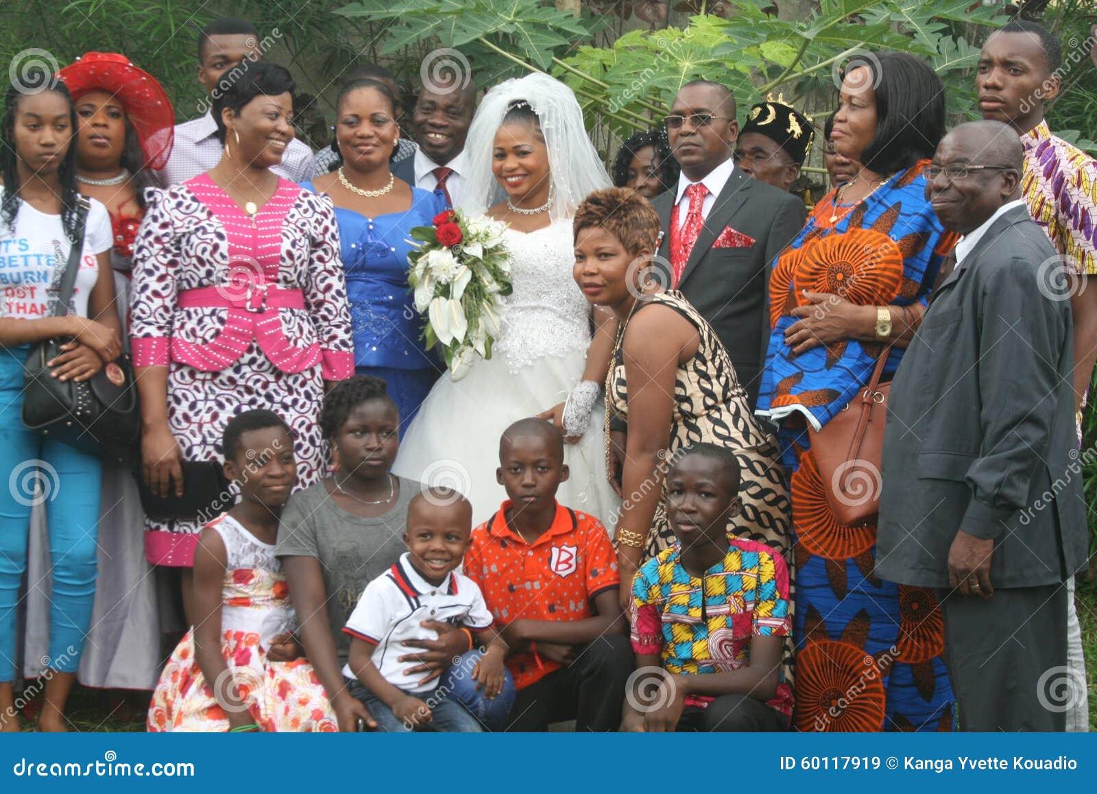 Image sublime d\u0027un couple africain célébrant leur mariage religieux dans  une église chrétienne Celestre à la société de leurs parents et amis