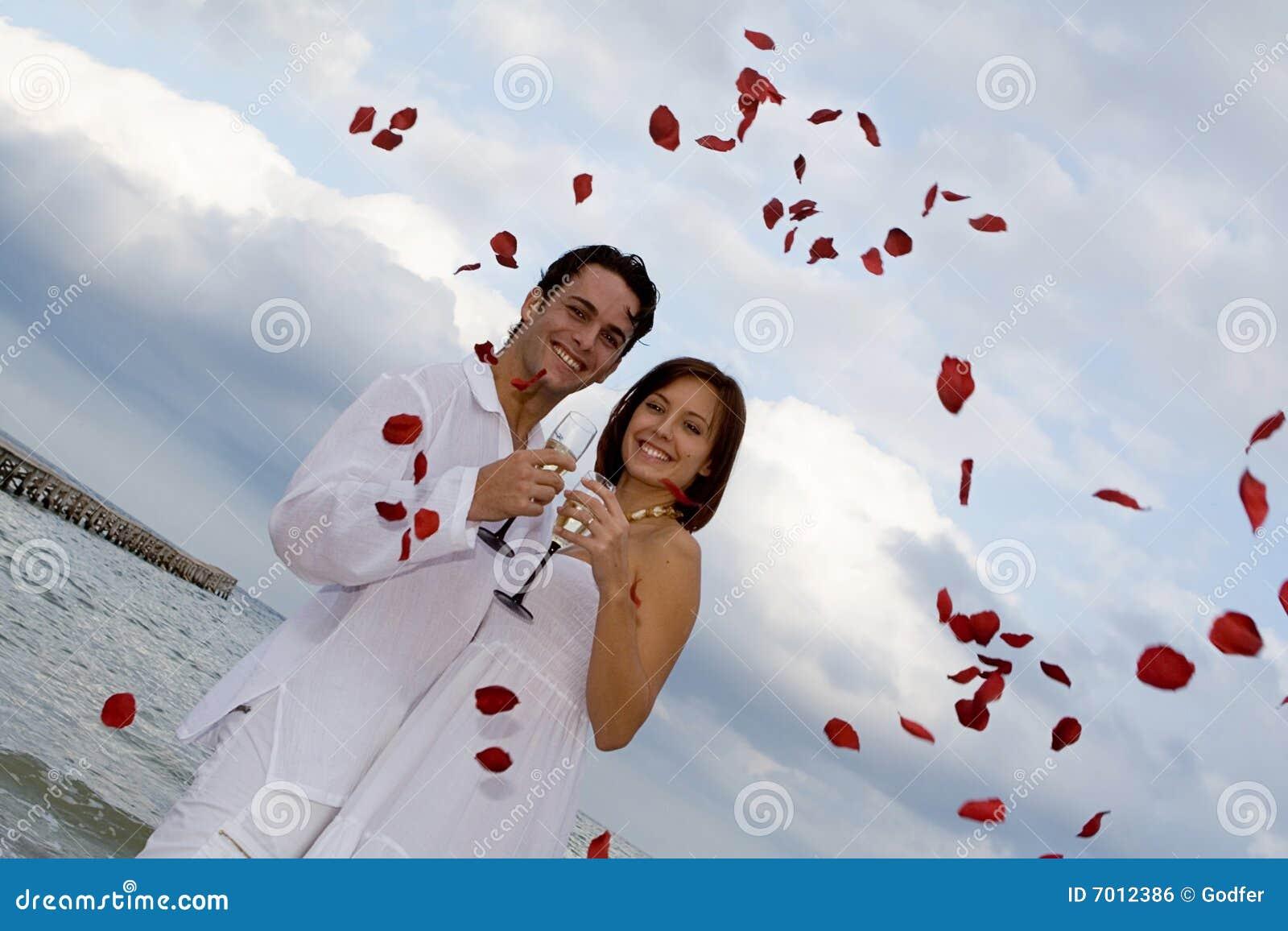 mariage romantique sur la plage image libre de droits image 7012386. Black Bedroom Furniture Sets. Home Design Ideas