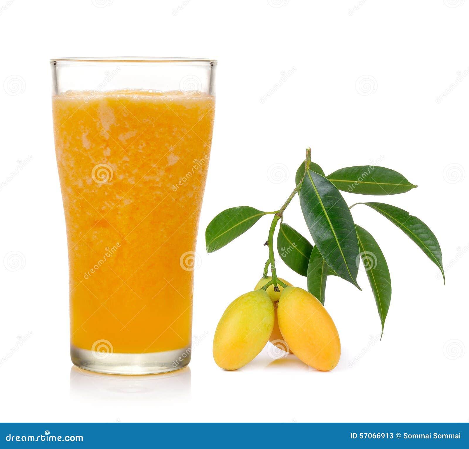 Marian pruimsap en fruit op witte achtergrond