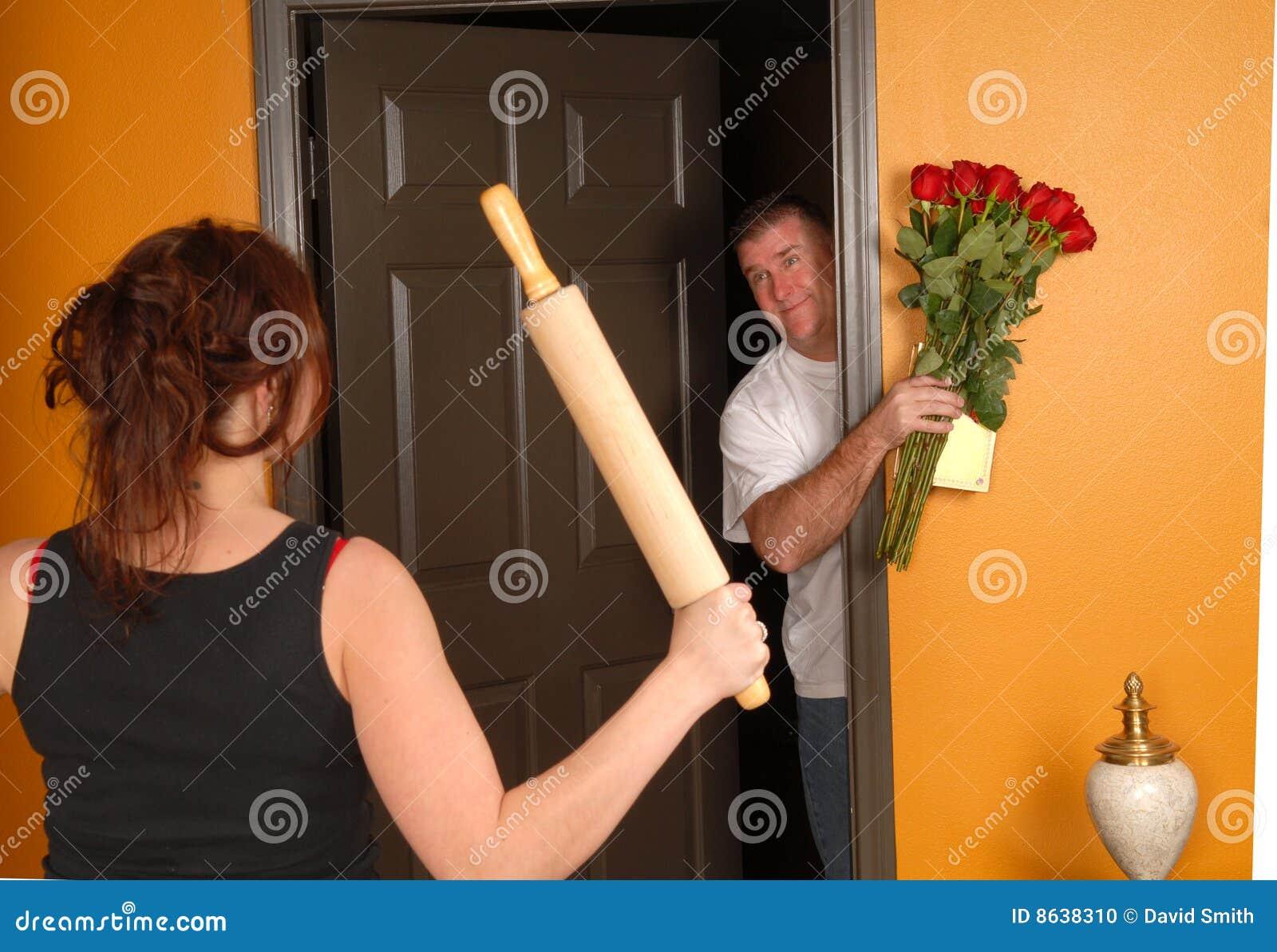 Marido que vem para casa tarde à esposa irritada