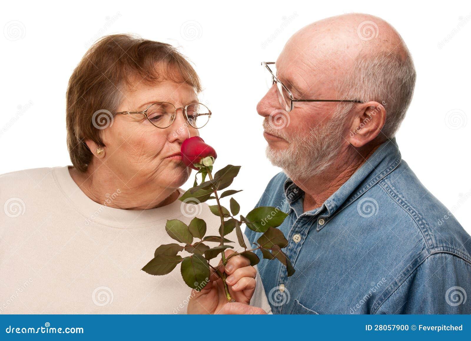 Marido superior feliz que dá Rosa vermelha à esposa