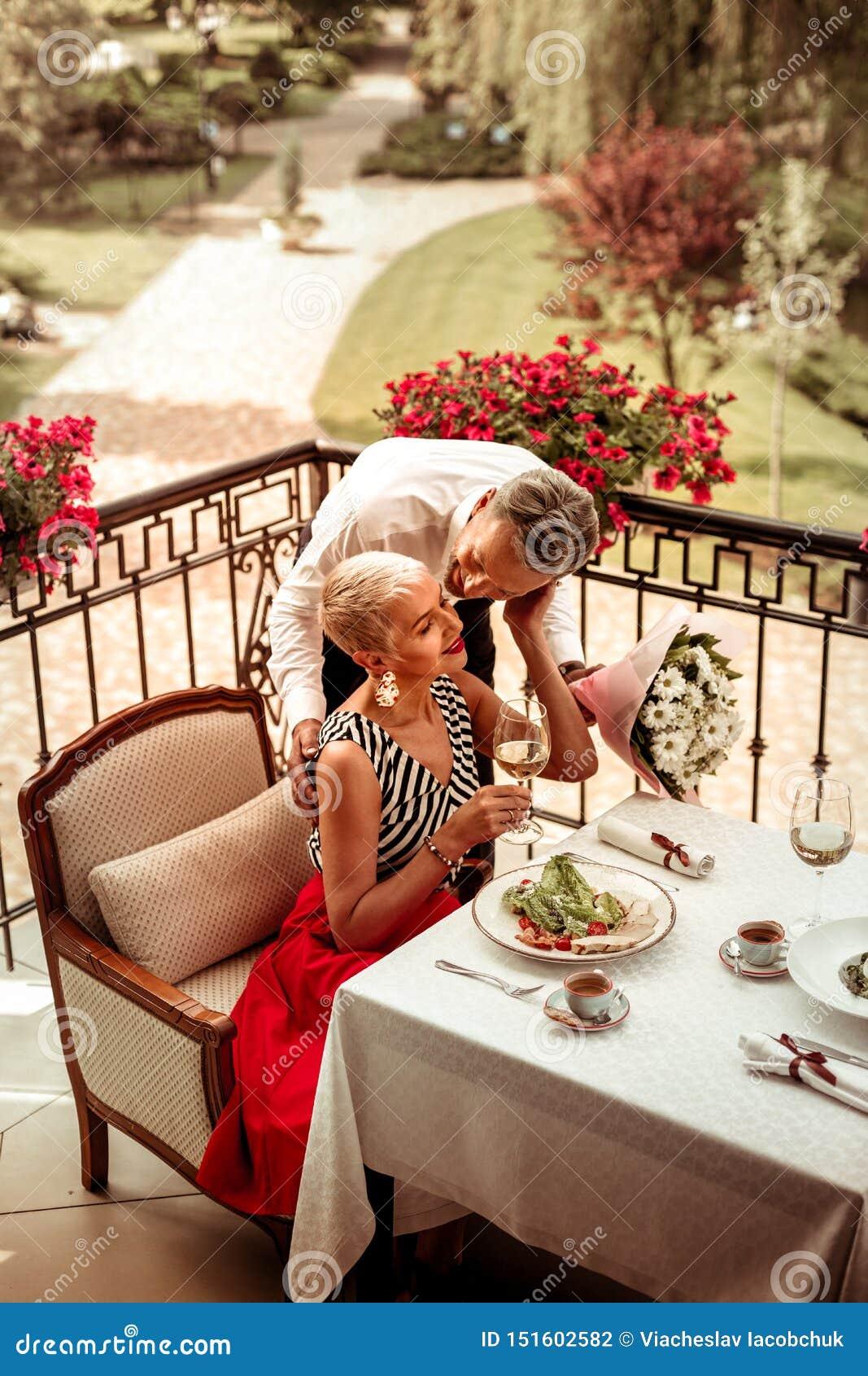 Marido y esposa que cenan romántico afuera