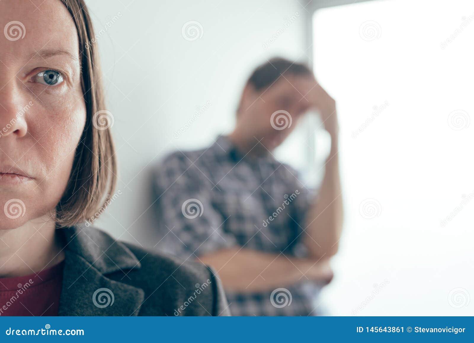 Marido y esposa que discuten, hombre que grita en la mujer