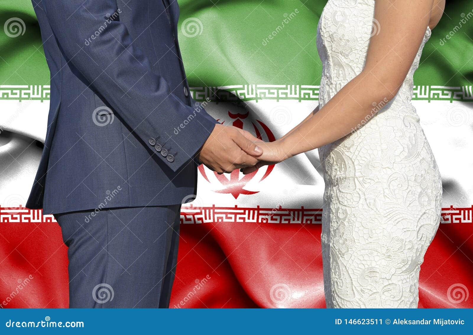 Marido y esposa que llevan a cabo las manos - fotografía conceptual del matrimonio en Irán