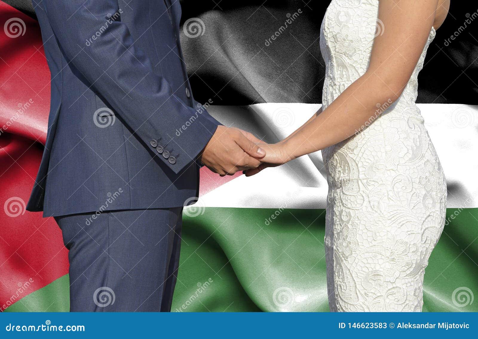 Marido y esposa que llevan a cabo las manos - fotografía conceptual del matrimonio en Jordania