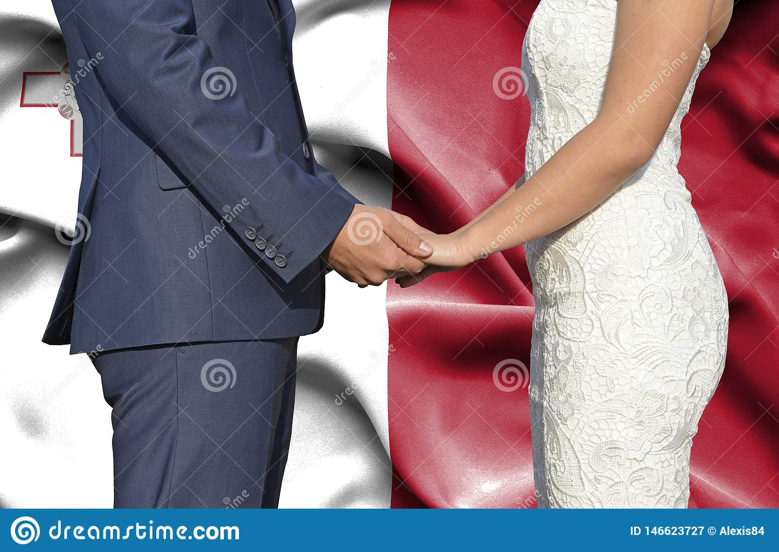Marido y esposa que llevan a cabo las manos - fotografía conceptual del matrimonio en Malta