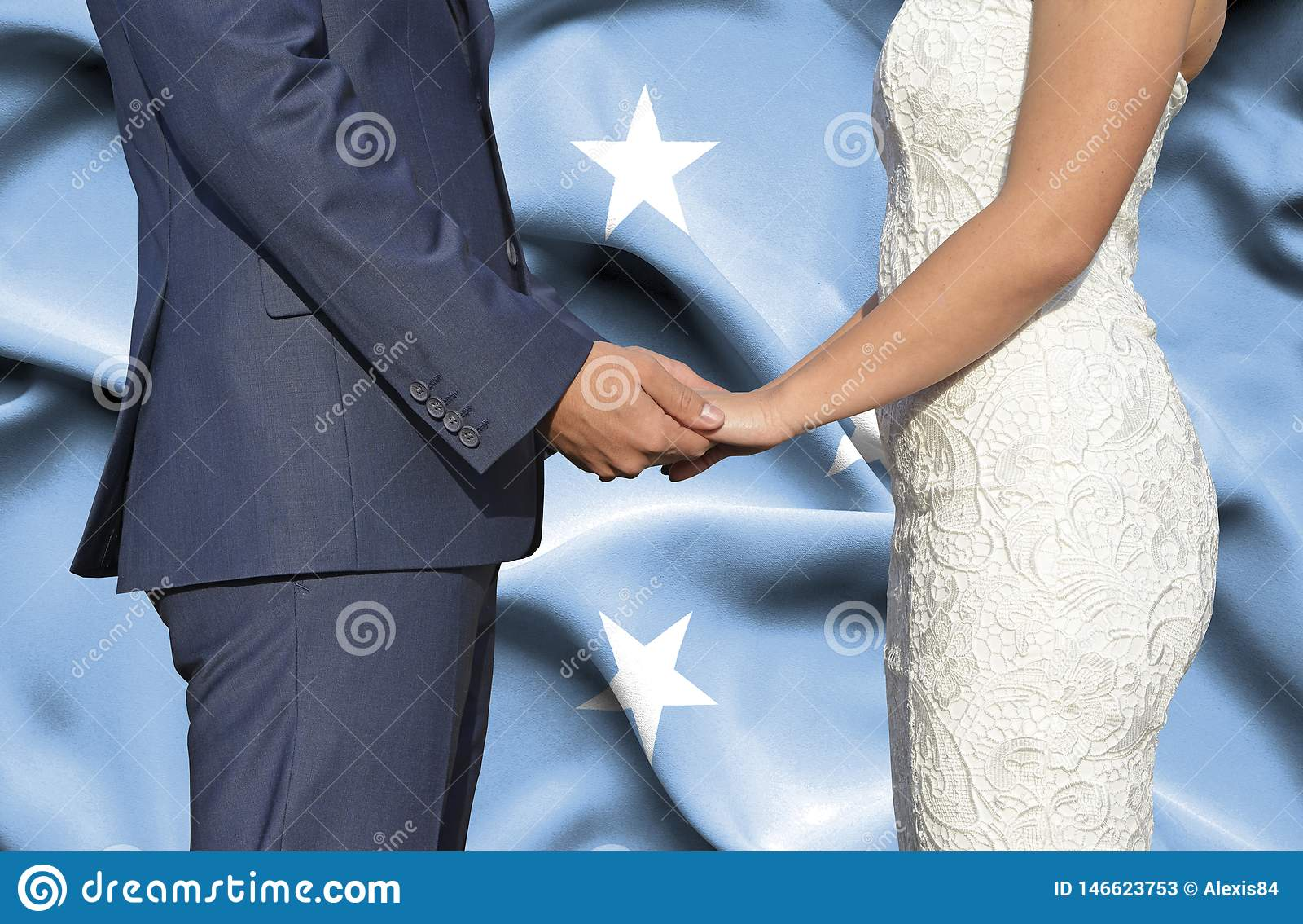 Marido y esposa que llevan a cabo las manos - fotografía conceptual del matrimonio en Micronesia