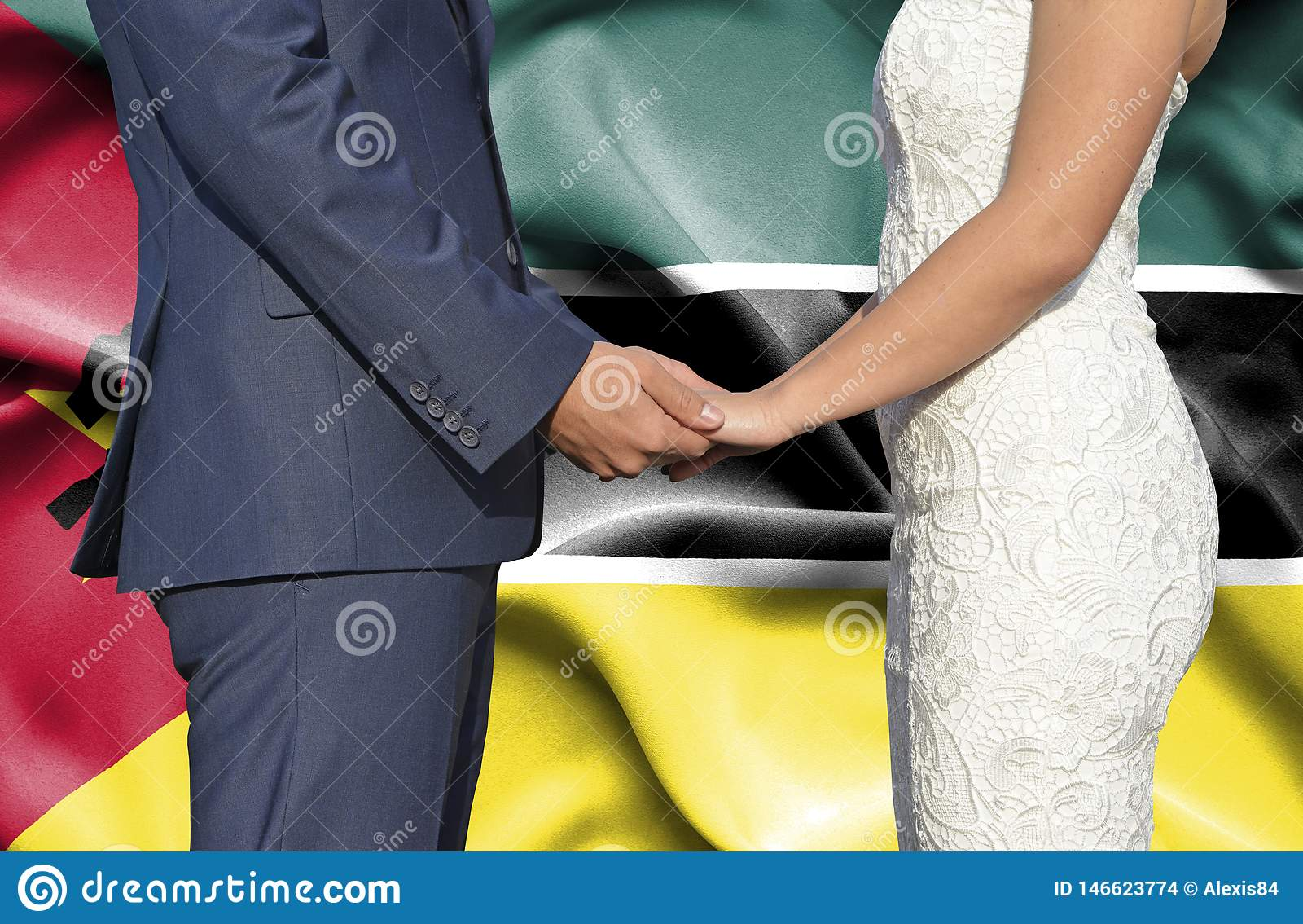 Marido y esposa que llevan a cabo las manos - fotografía conceptual del matrimonio en Mozambique