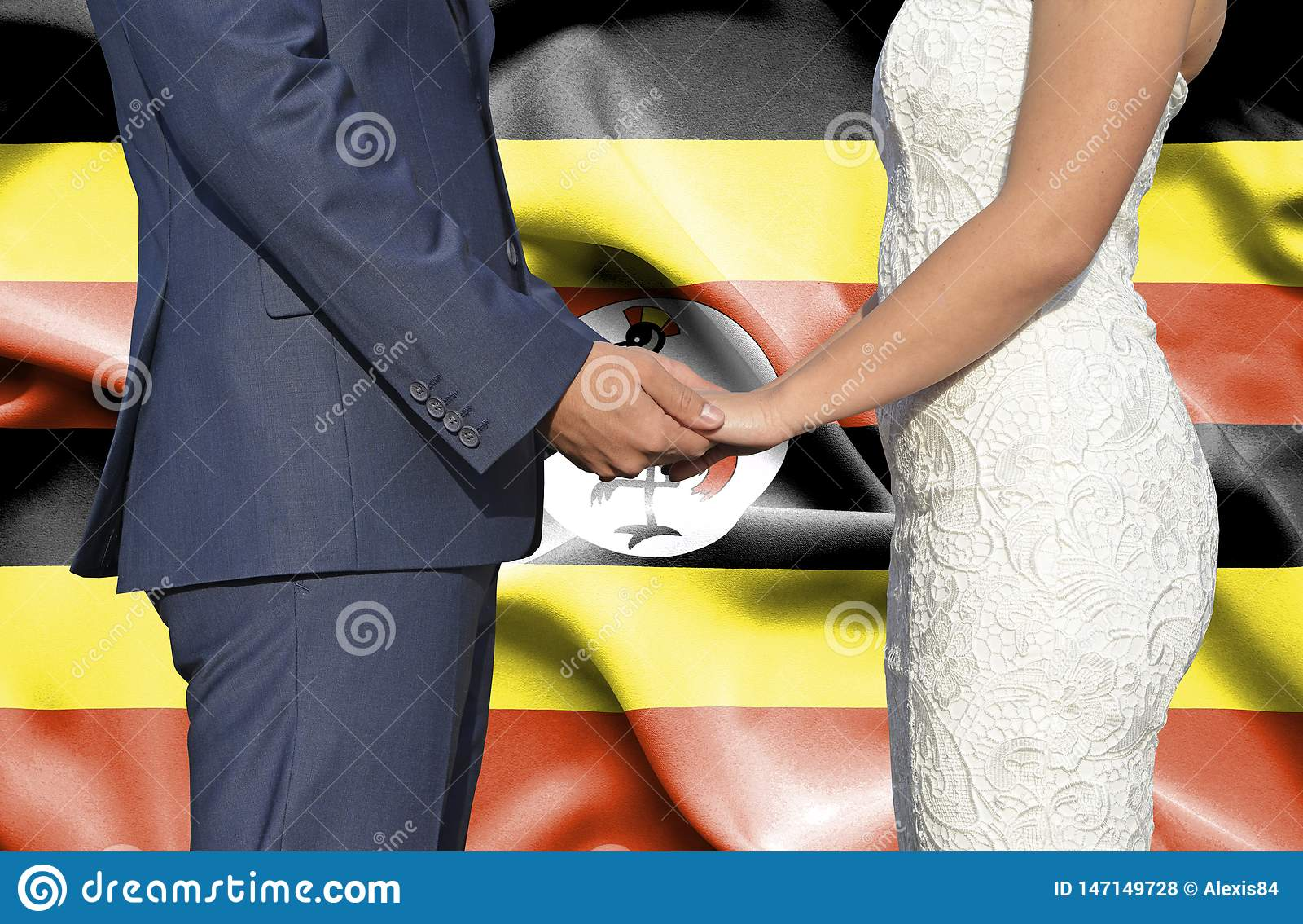 Marido y esposa que llevan a cabo las manos - fotograf?a conceptual del matrimonio en Uganda