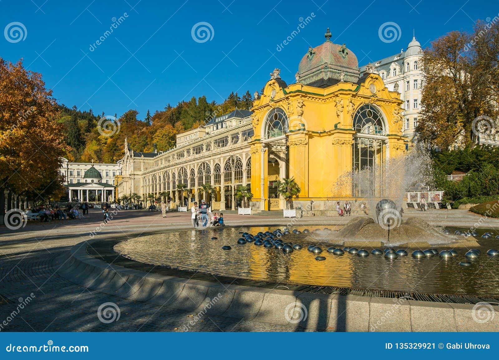 Marienbad, repubblica Ceca: Colonnato fatta di ghisa e della fontana con gli spruzzatori