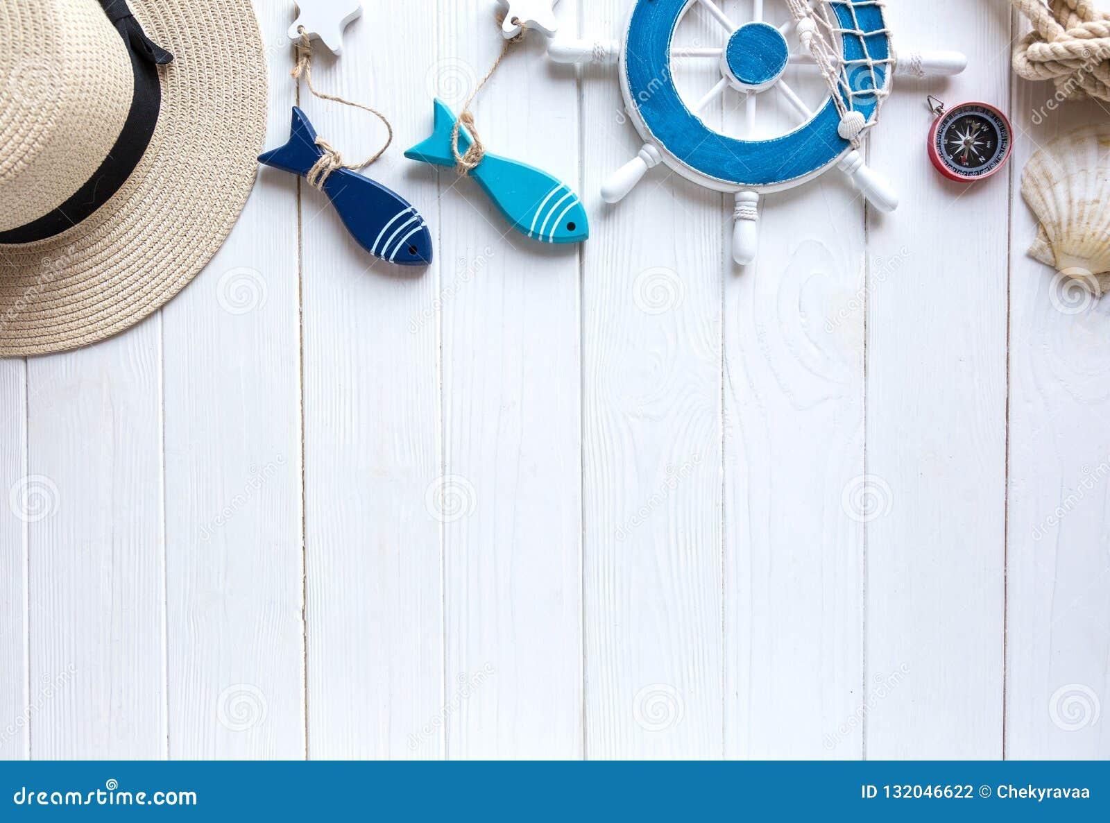 Mariene punten op houten achtergrond Het overzees heeft bezwaar: strohoed, zwempak, vissen, shells Vlak leg, kopieer ruimte