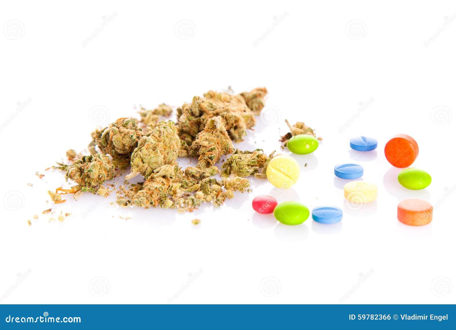 Marihuana en pillen op witte achtergrond wordt geïsoleerd die