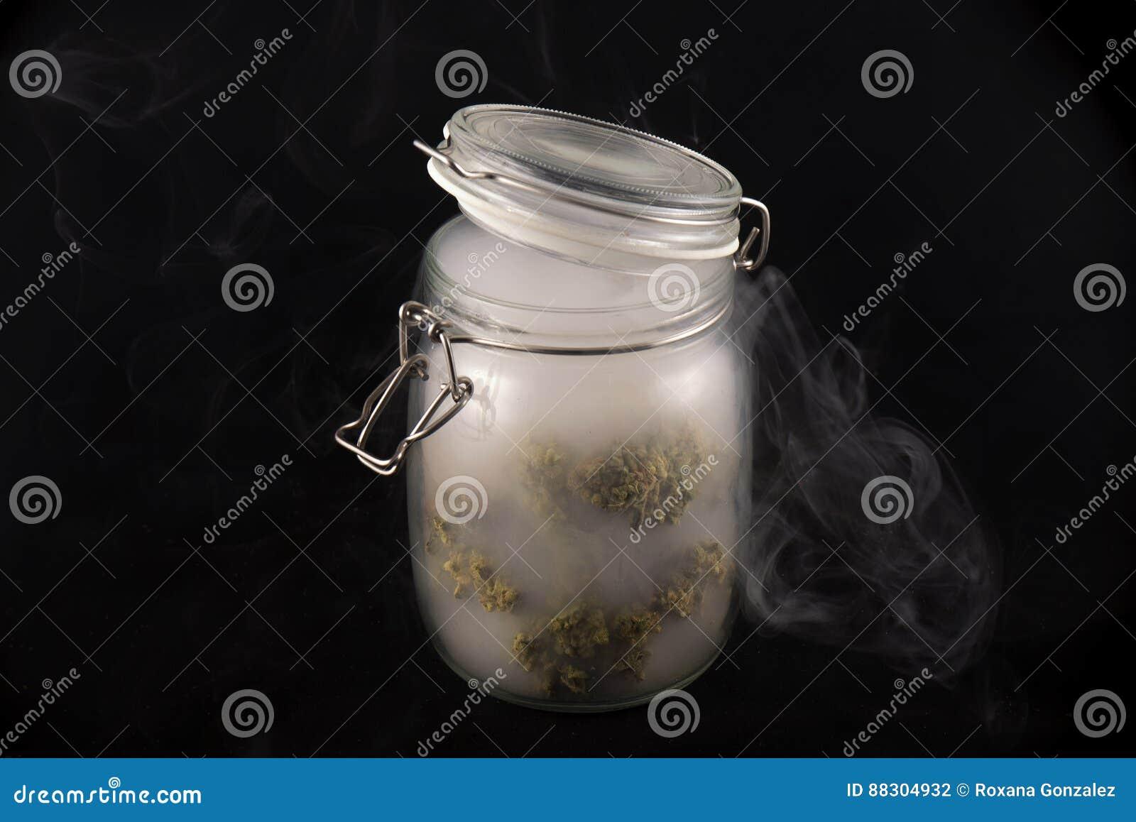 Marihuana pączków Maui skunksowy napięcie na szklanym słoju z dymu isol