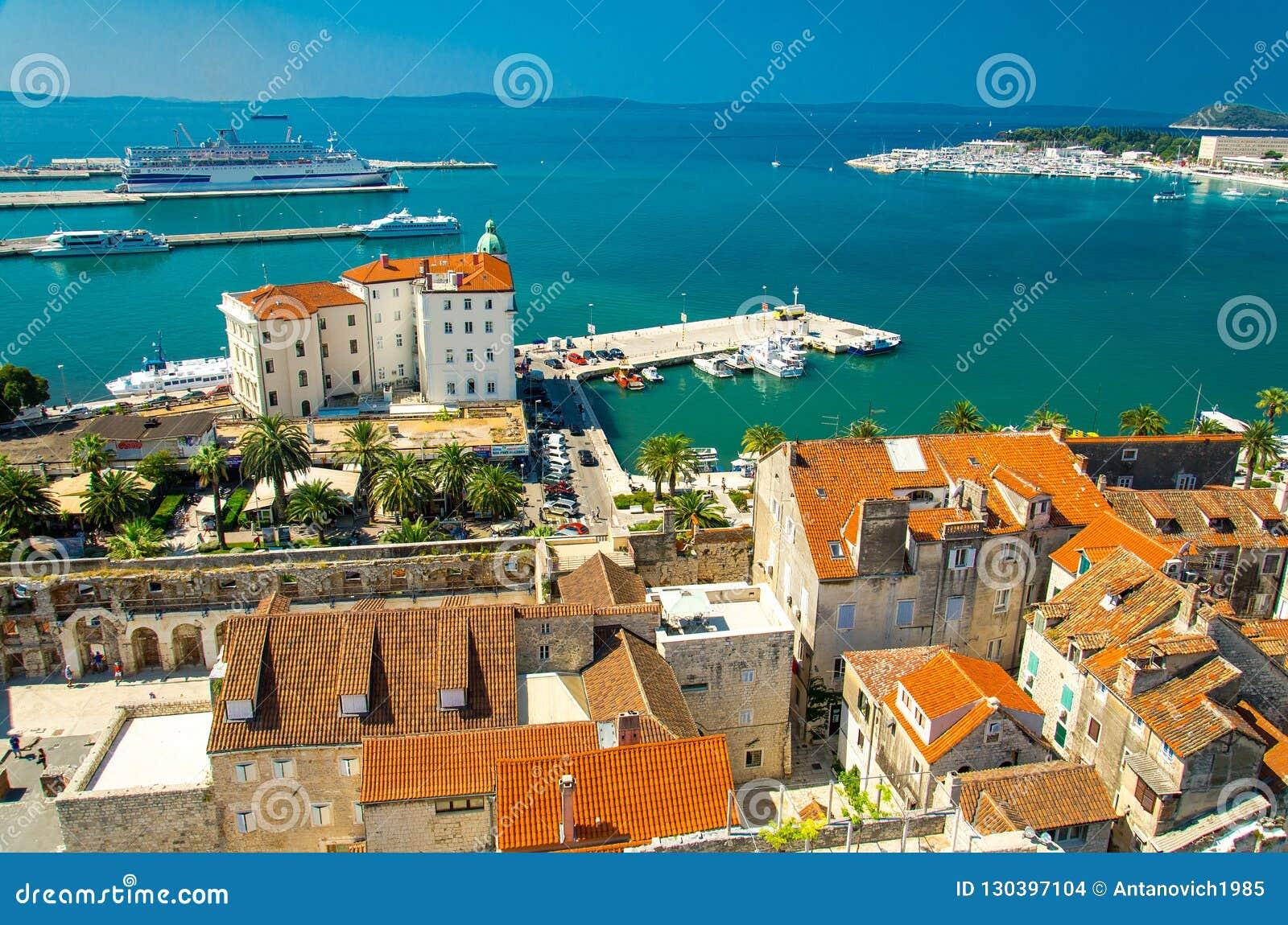 Marin- flyg- sikt för strand och för port, splittring, Dalmatia, Kroatien