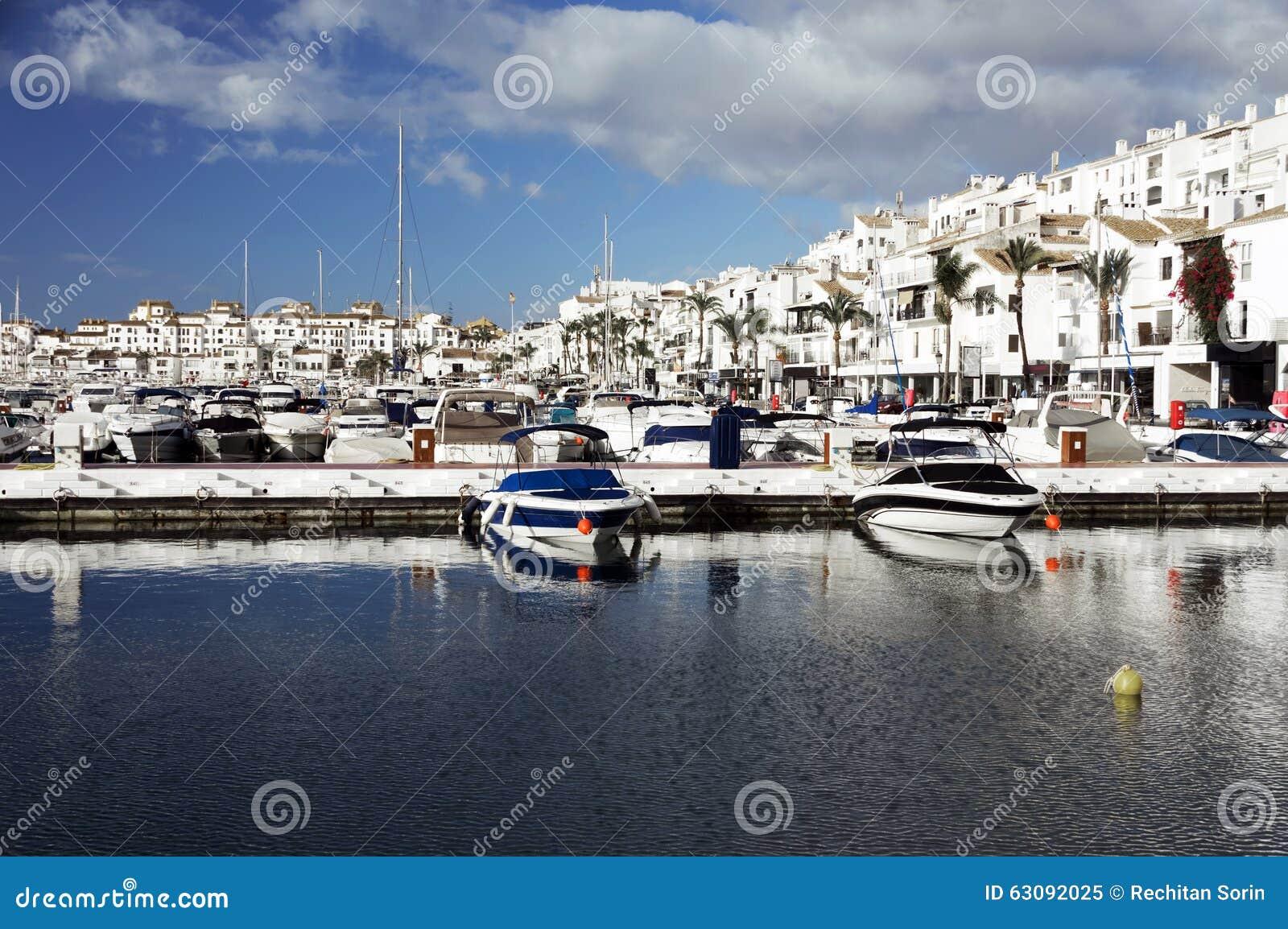 Download Marina Célèbre De Puerto Banus Près De Marbella Sur Costa Del Sol Image stock - Image du plage, loisirs: 63092025