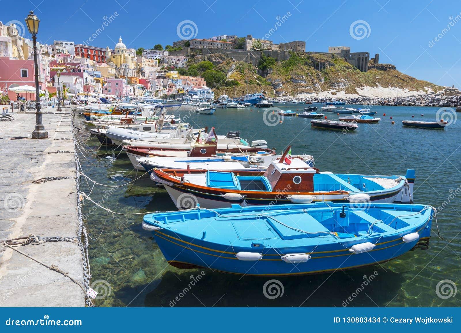 Marina Corricella avec les bateaux et les maisons colorés, Terra Murata, île de Procida, baie de Naples, Italie