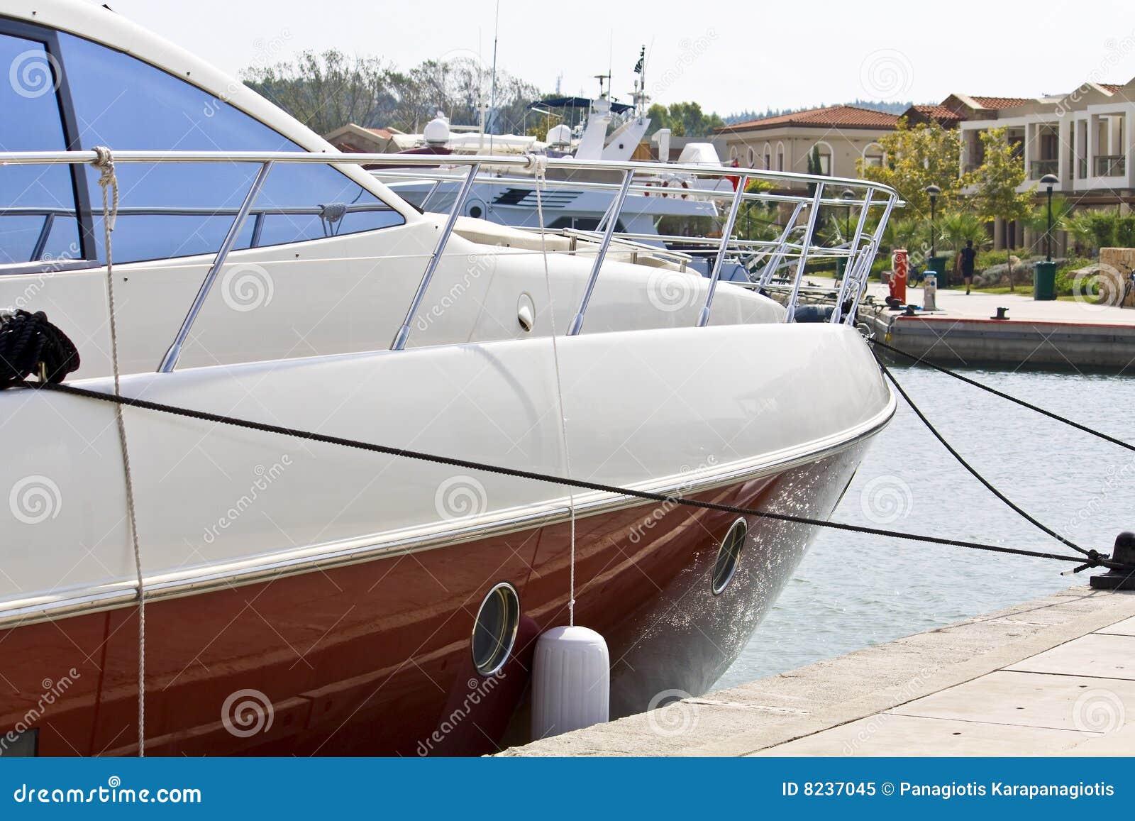 Marina parkujący jacht
