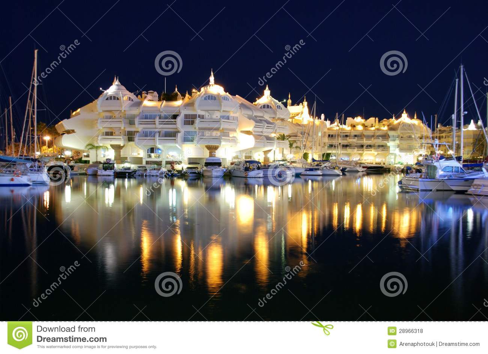 Marina przy nocą, Benalmadena, Andalusia, Hiszpania.