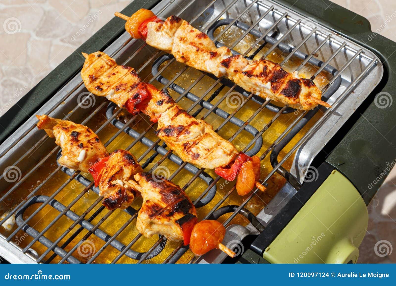 Marinated brochette цыпленка на электрическом барбекю