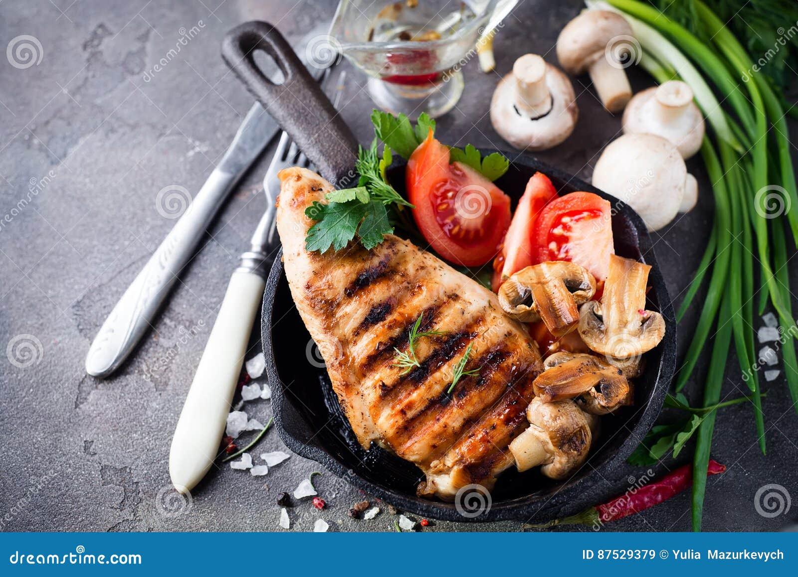 Marinated a grillé les blancs de poulet sains