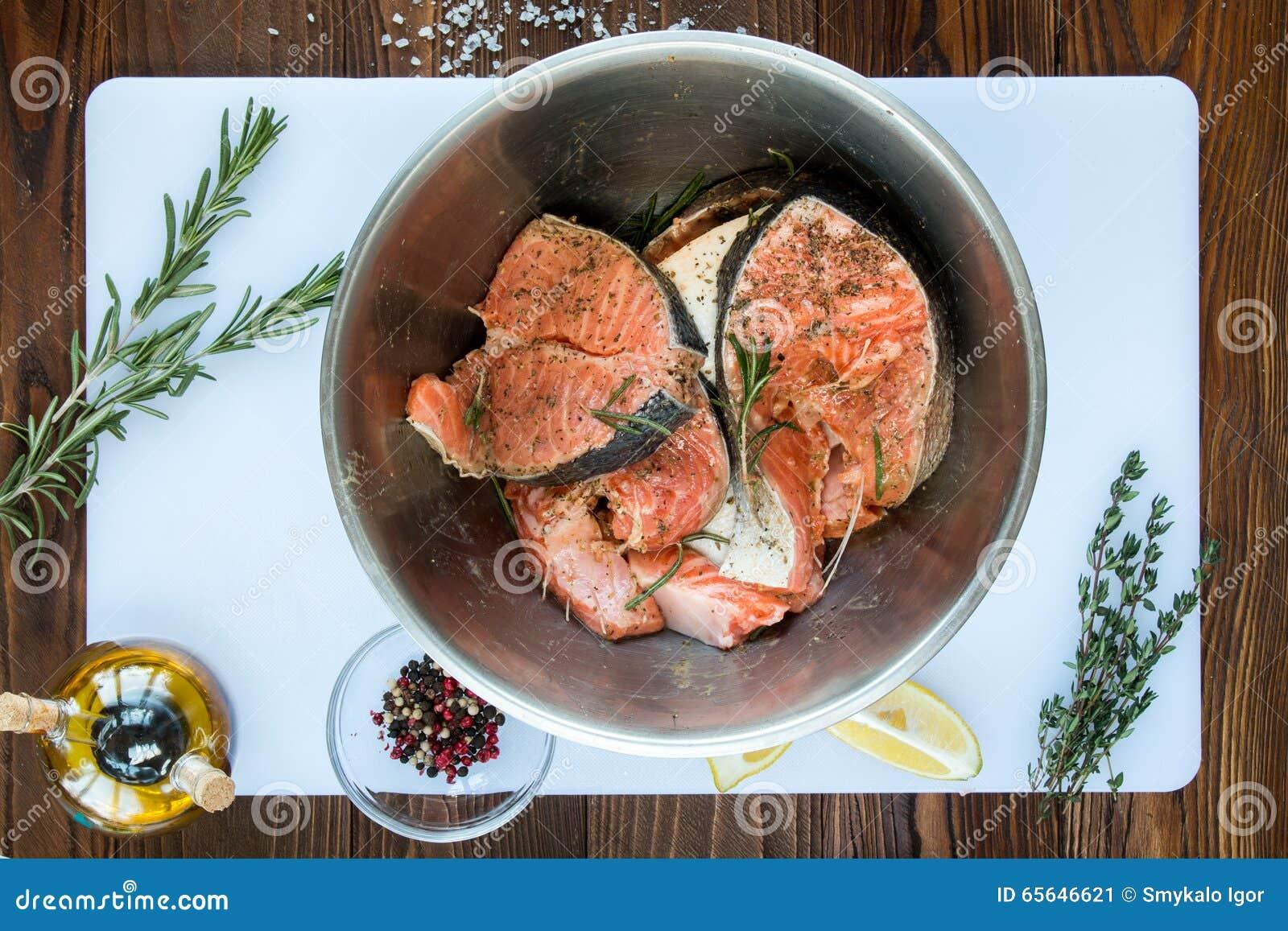 Marination des biftecks des saumons