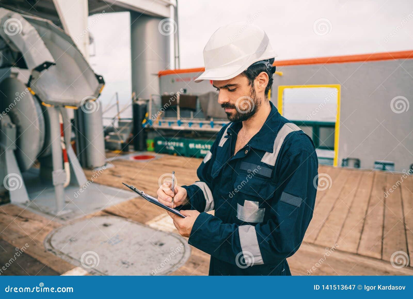 Marine Deck Officer of eerste stuurman op dek van schip of schip