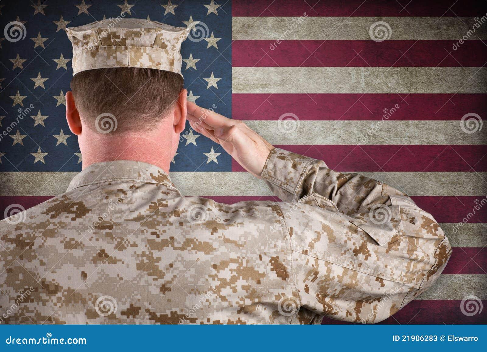 Marine die een Amerikaanse Vlag groet
