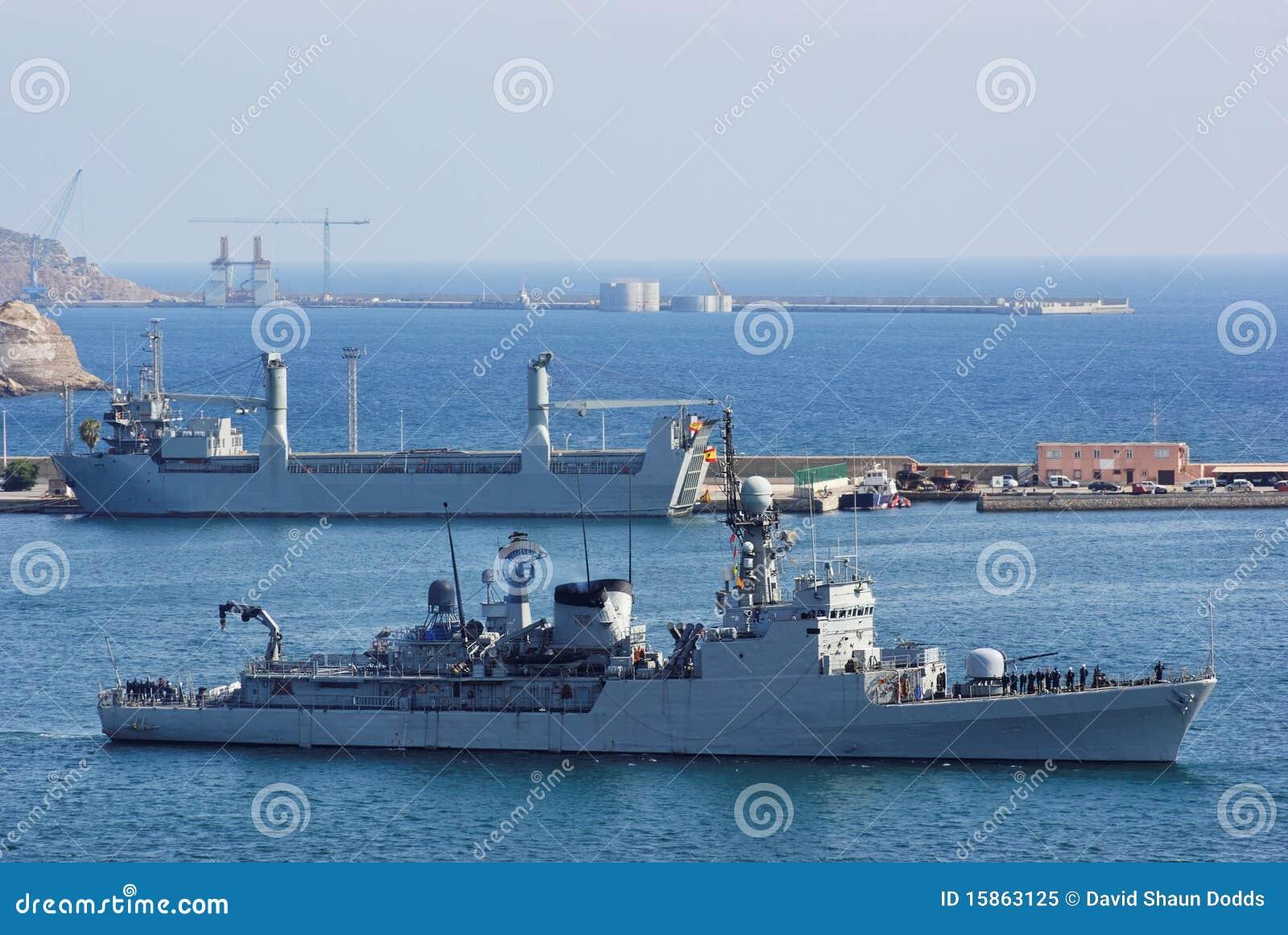 Marine Korvette und Helfer