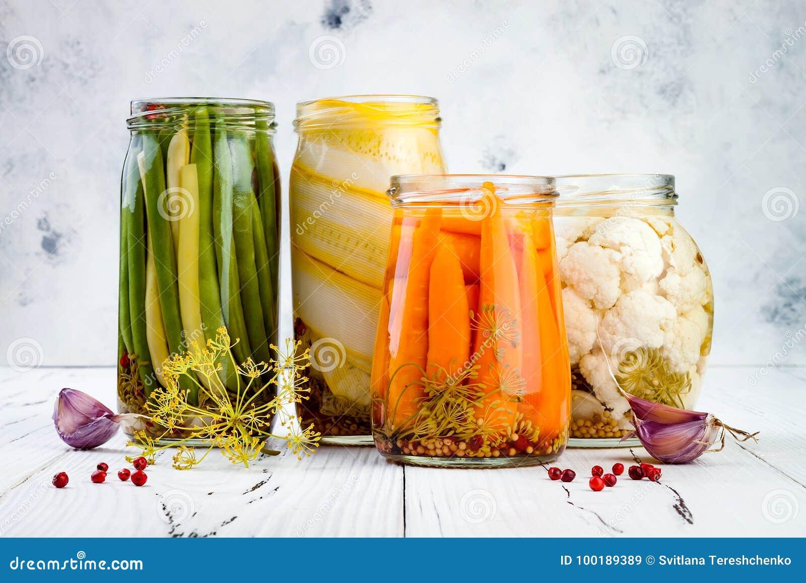 Marinerad knipavariation som bevarar krus Hemlagade haricot vert, squash, morötter, blomkålknipor Jäst mat