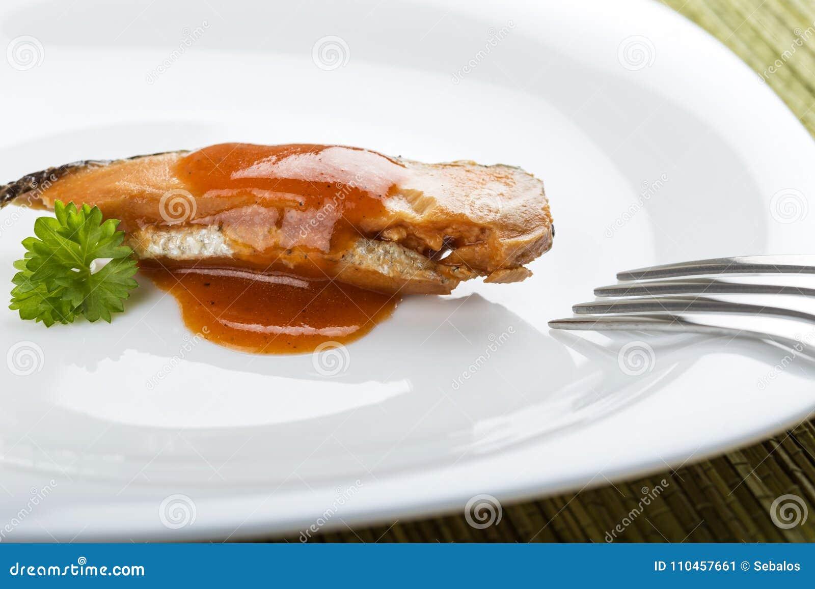 Marinerad sillfisk med tomatsås på plattan