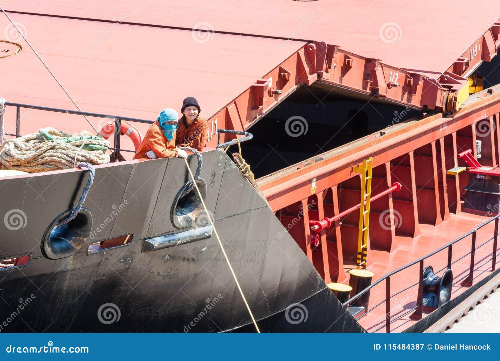 Marineros en arco de la nave grande