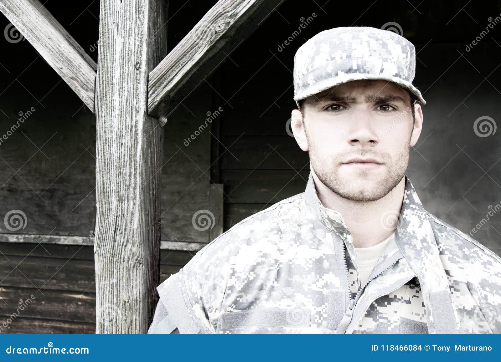 Marinesoldat, Soldat in seiner Armee ermüdet Stände zur Aufmerksamkeit am Militärstützpunkt