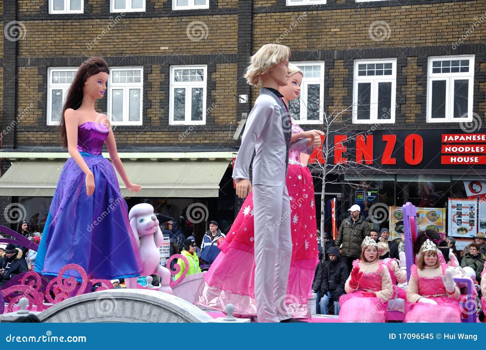 Marionetten in der Weihnachtsmann-Parade