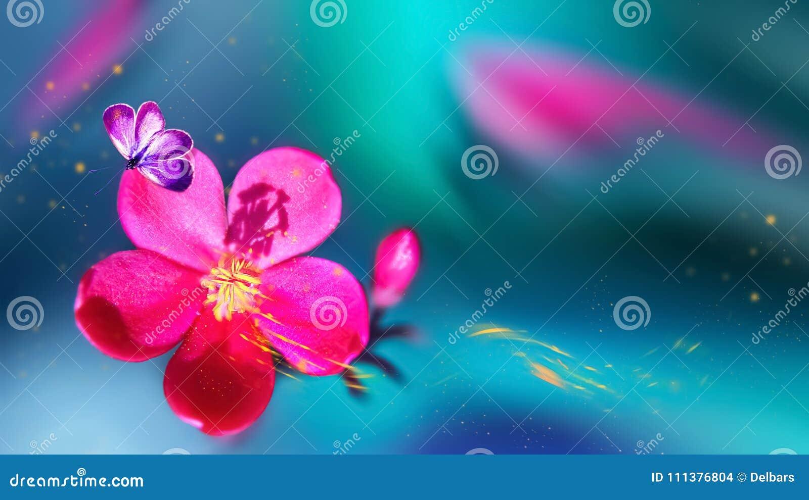 Mariposa en una flor tropical rosada hermosa Fondo tropical natural del verano Foco selectivo Pétalos amarillos en el movimiento