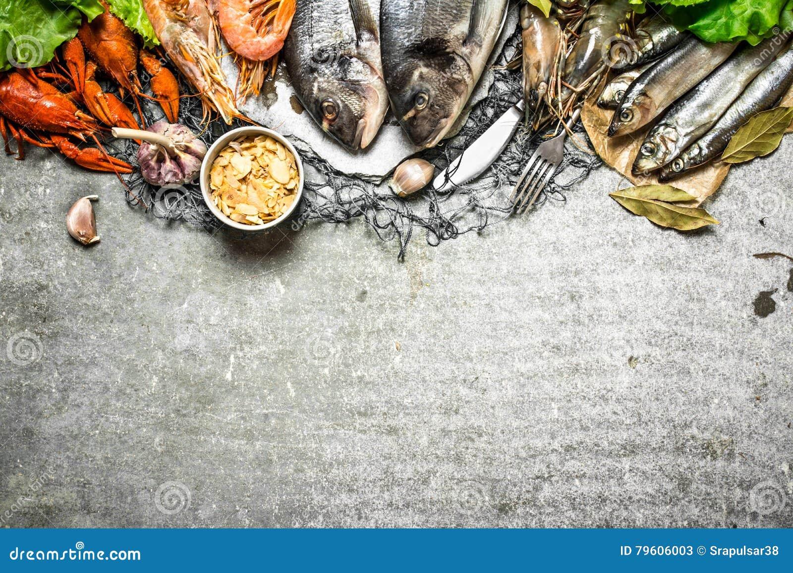 Marisco sortido e camarão picante na rede de pesca