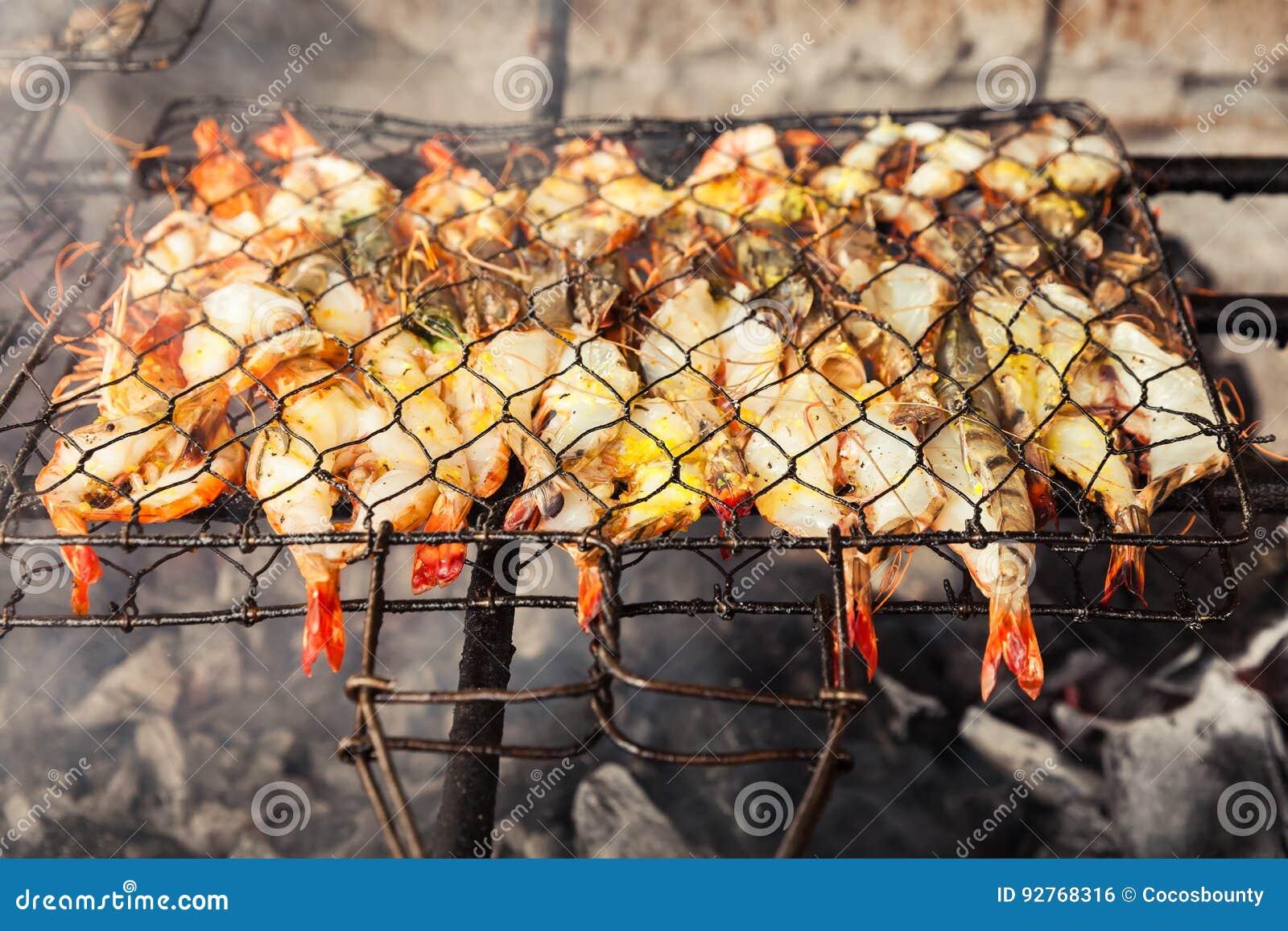 Mariscos frescos asados a la parrilla gambas pescados for Cocinar ostras