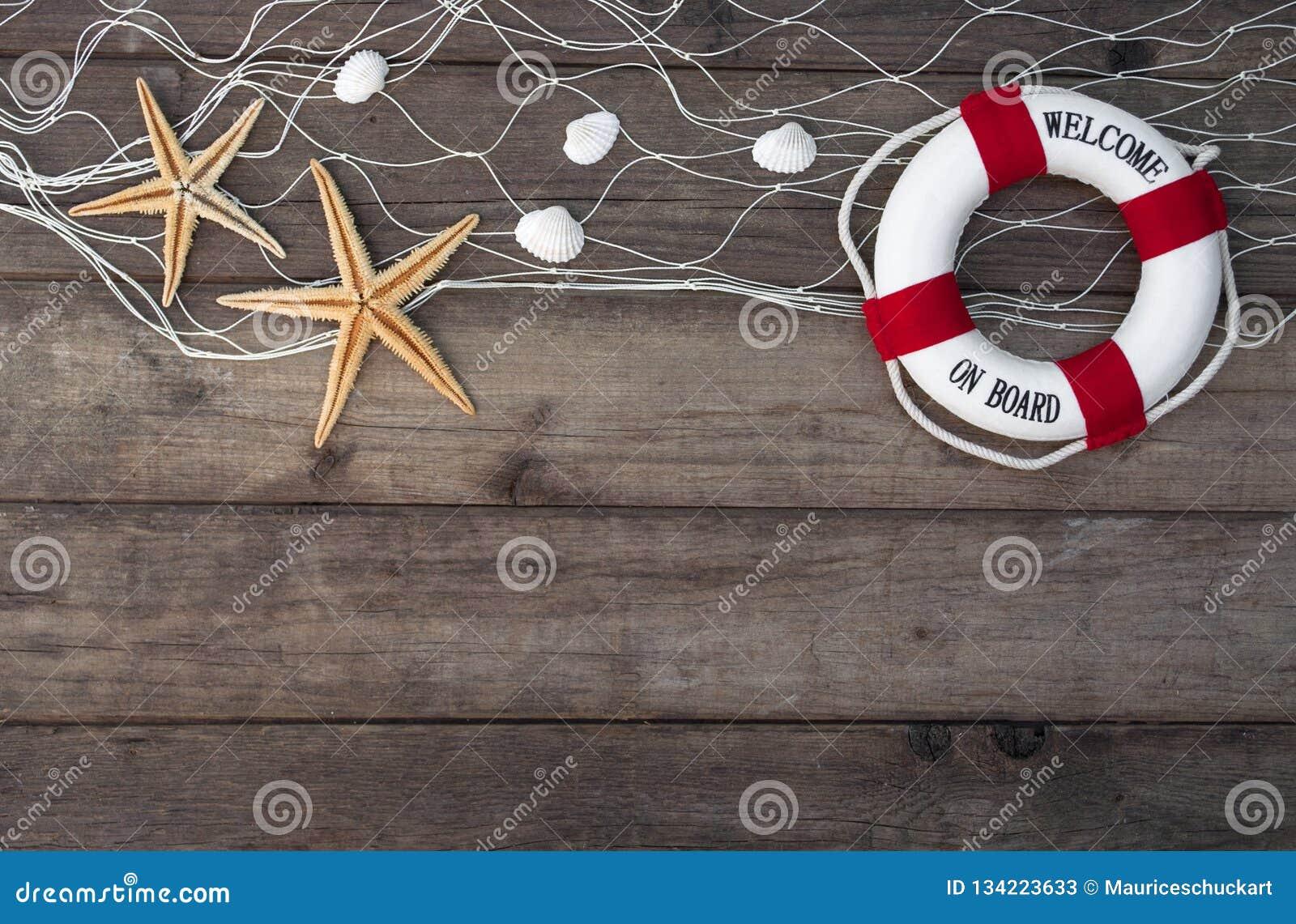 Maritim garnering med skal, sjöstjärna, seglingskepp, fisknät på blått drivaträ