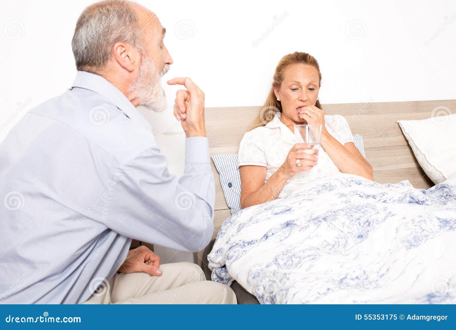 Marito che cura la sua moglie