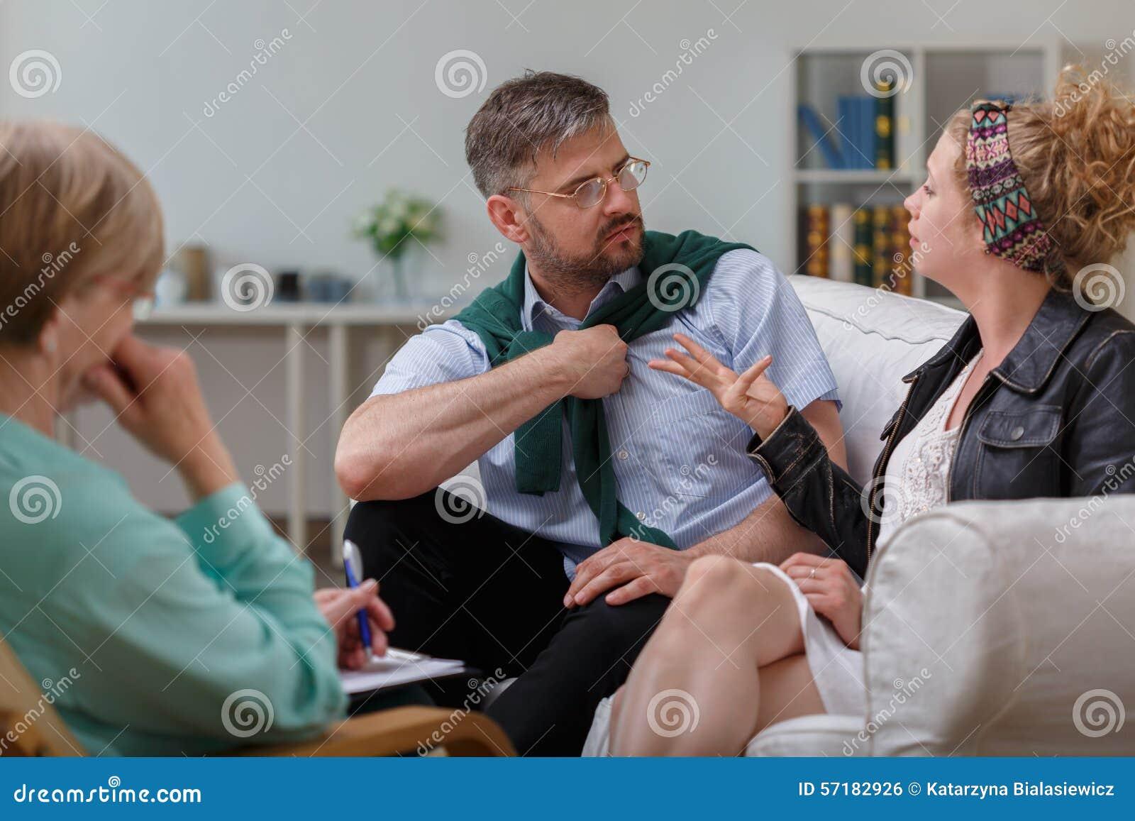 Marito che discute con la moglie