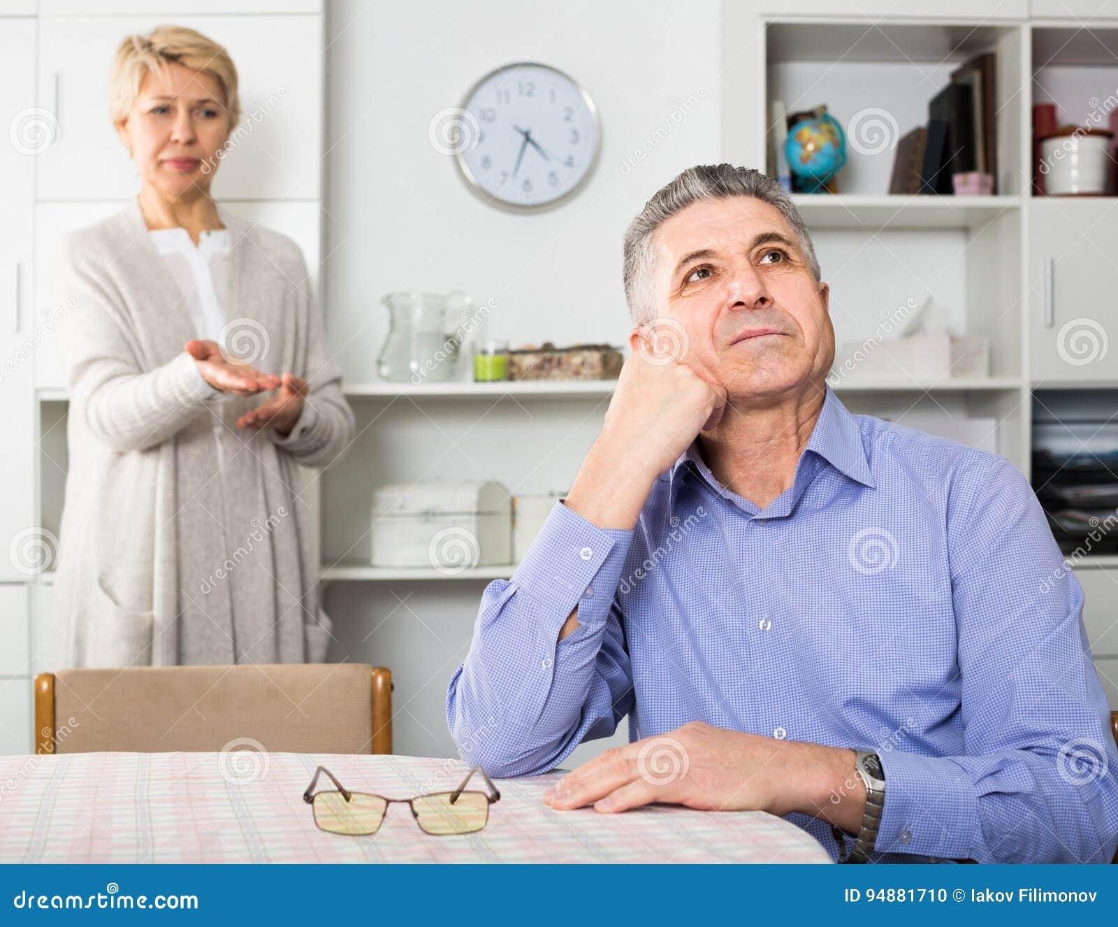 Marito e moglie che discutono a vicenda e prova per risolvere fami