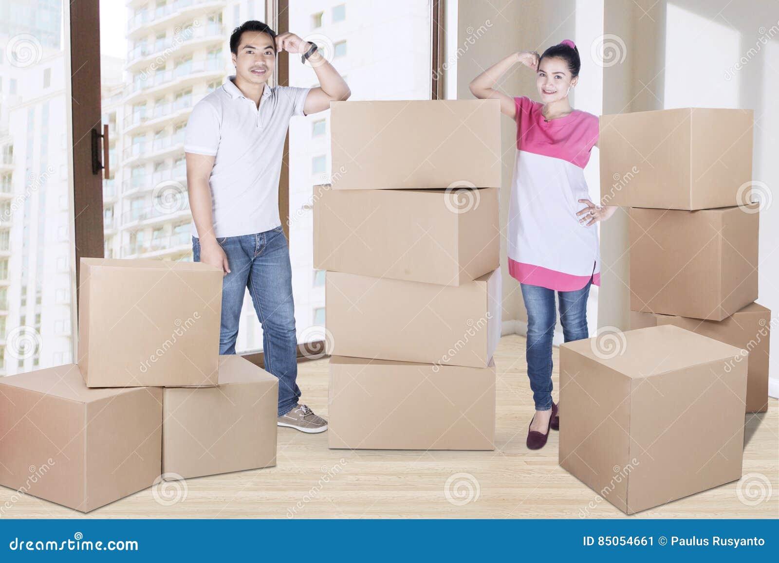 Marito e moglie che stanno con le scatole