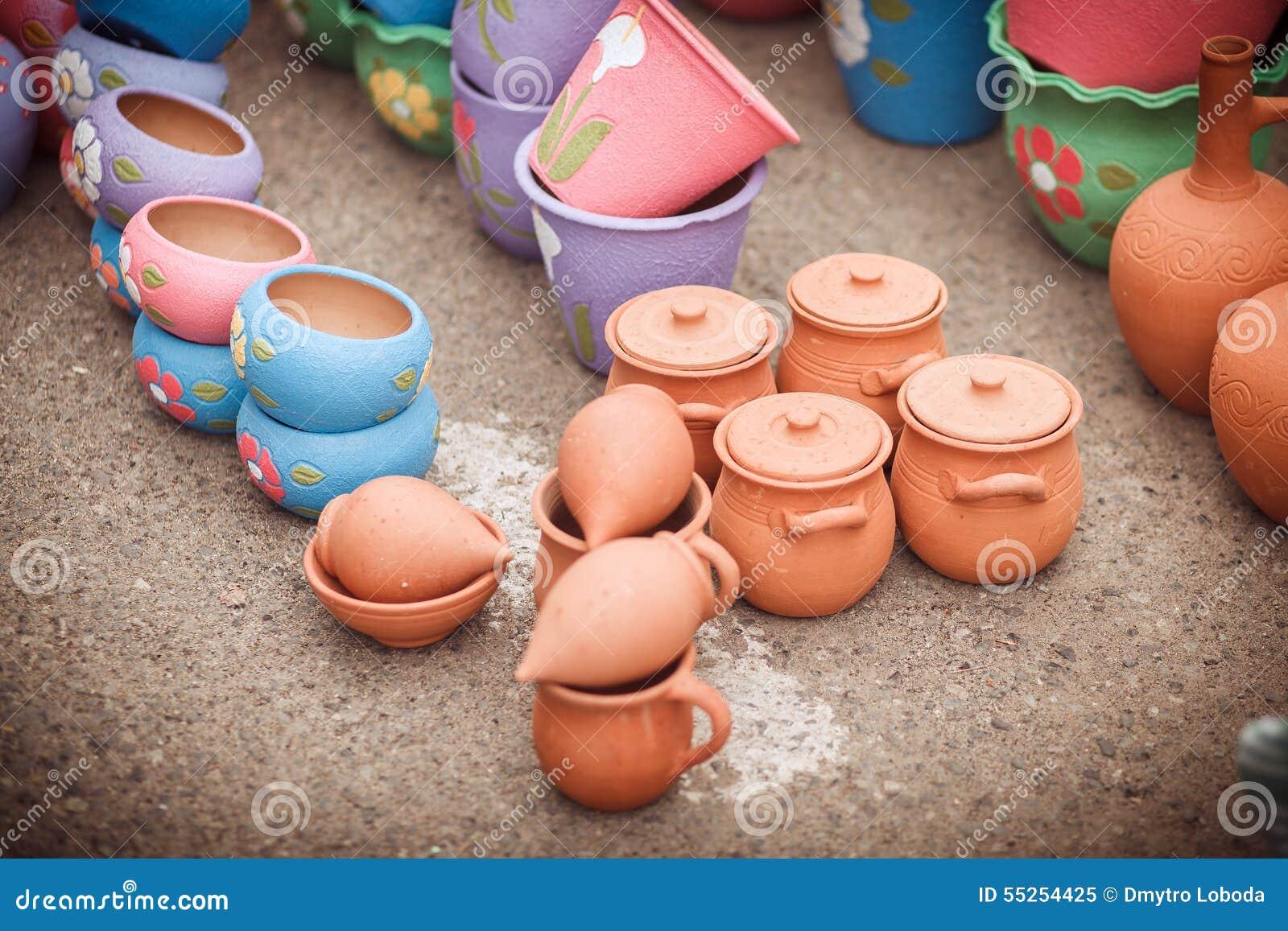 Market, clay pots
