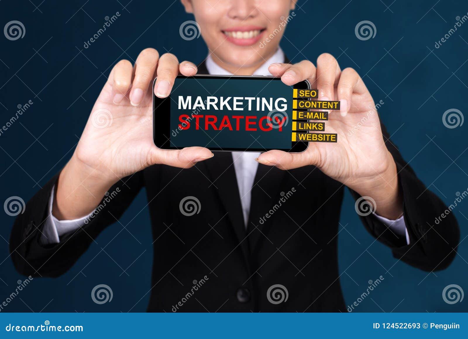Marketingstrategiekonzept, glücklicher Geschäftsfrau Show-Textmarkt