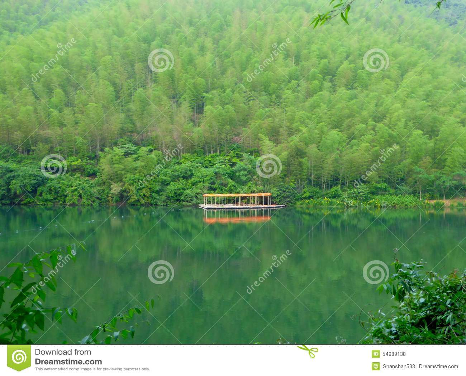 Markiser för en rad i mitt av sjön och berg