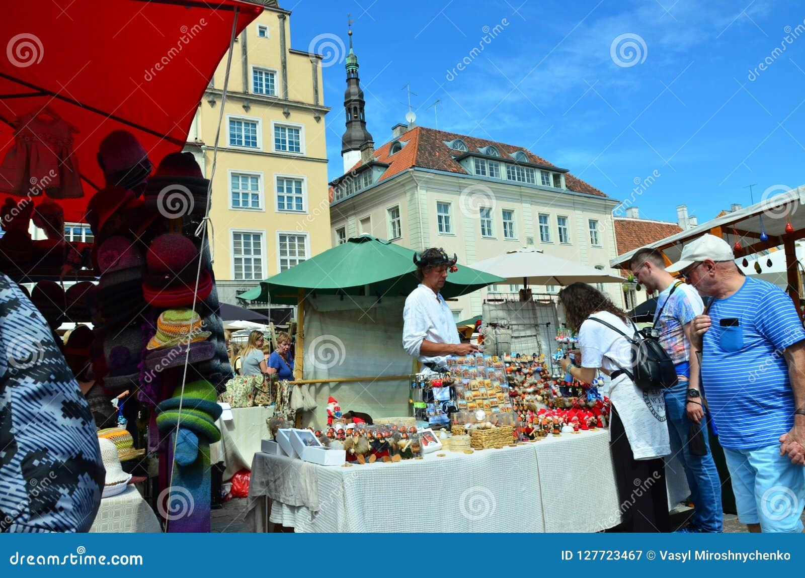 Markt in de hoofdstad van Estland Tallinn bij de Stad Hall Square i