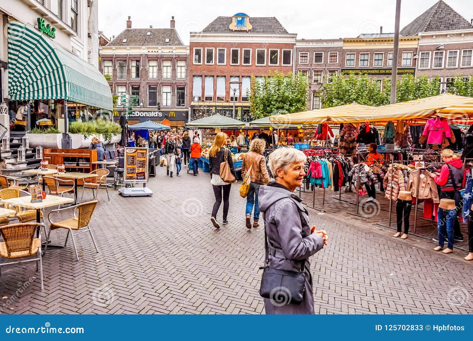 Markt im Freien in der Mitte von Zwolle in Overijssel, die Niederlande