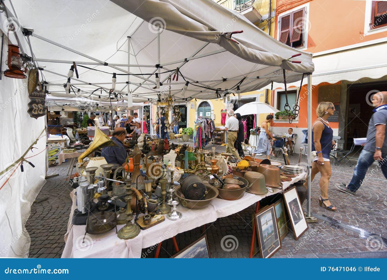 Markt van antieke en uitstekende voorwerpen in Sarzana, Ligurië, Italië