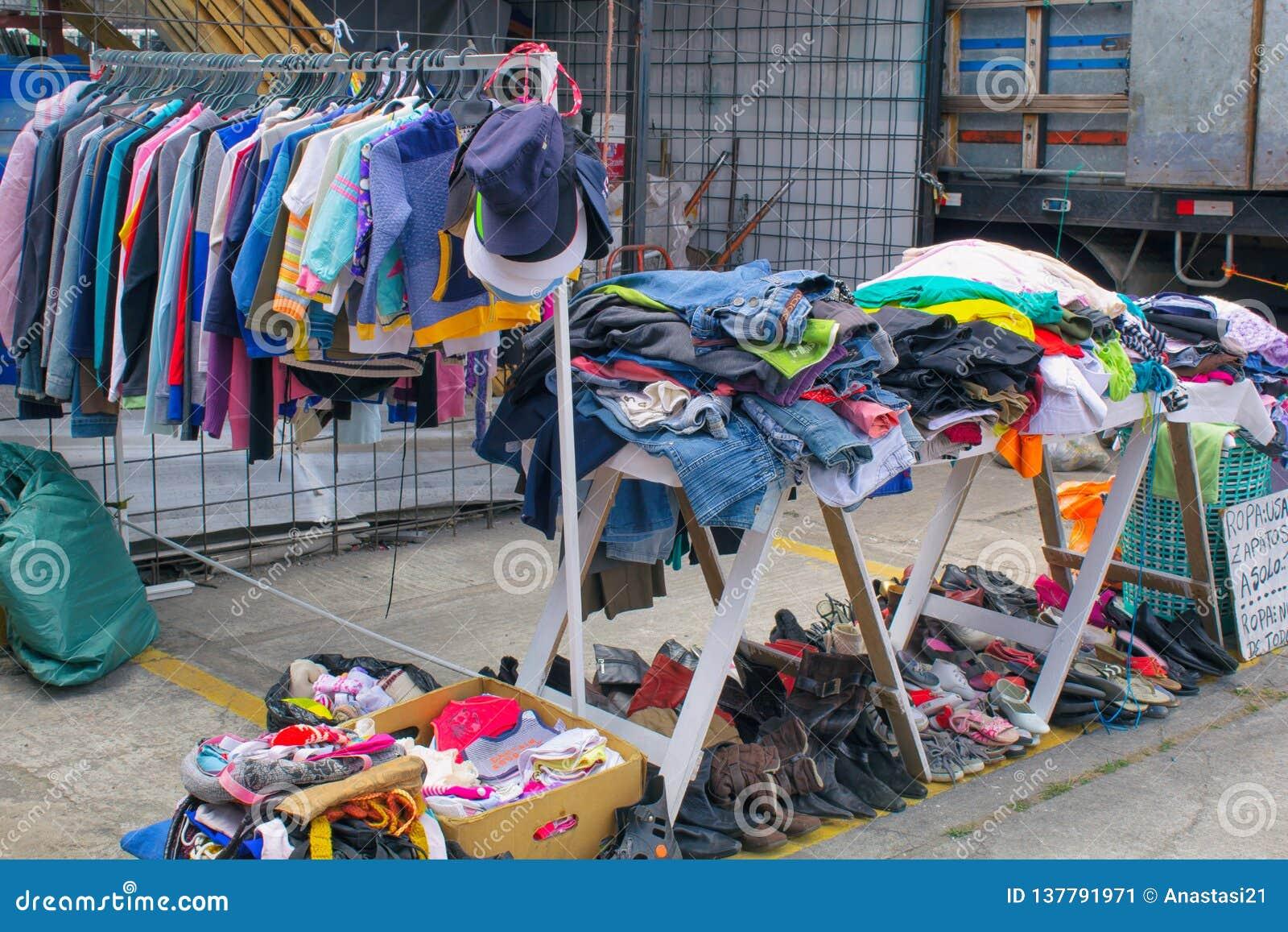 Markt, verkopende kleren op de straat, Zuid-Amerika, Ecuador